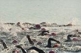 Женщины соревнуются в открытой воде плавать расы — Стоковое фото