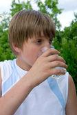 Joven bebe agua tazas — Foto de Stock