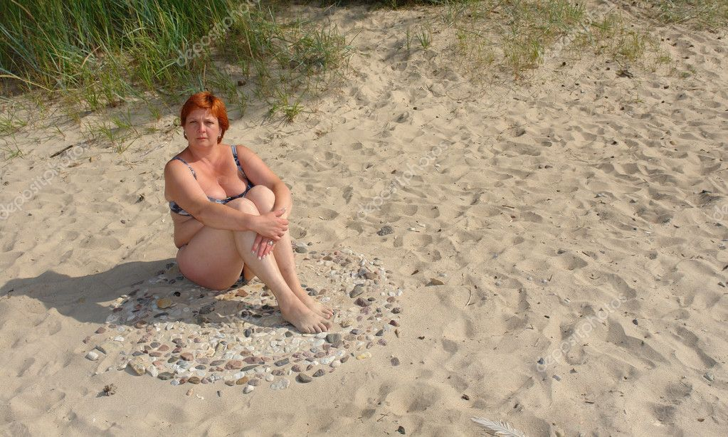 Attractive woman resting on the beach sea                            — Stock Photo #8166072