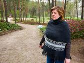 Middelbare leeftijd vrouw in een park — Stockfoto