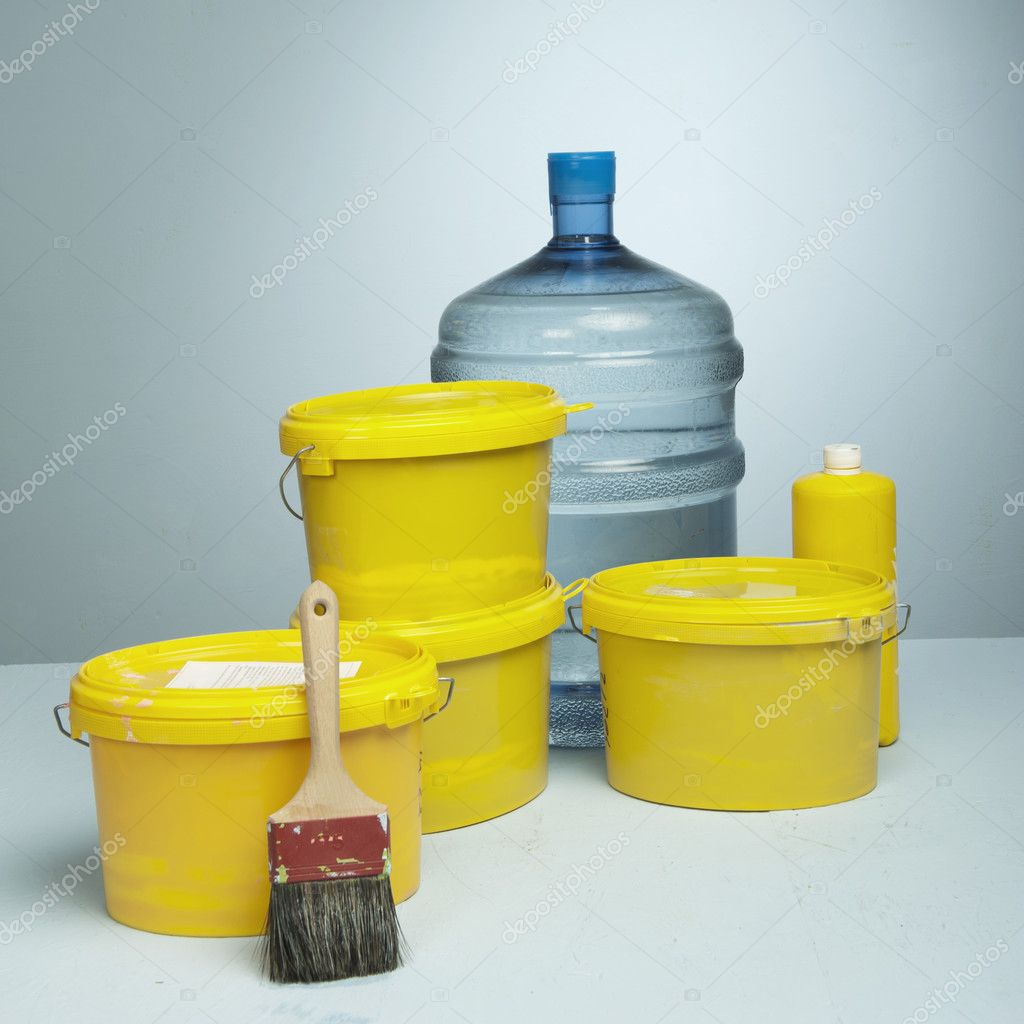 Closed tin cans with paint and brush in a studio set up — Stock Photo #8346632