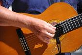 Jouer de la guitare acoustique musicien — Photo