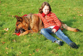 Portrait of a young girl petting her dog — Stockfoto