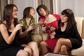 Vier jonge vrouwen in avondkleding — Stockfoto
