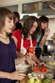 Amigos cocinando juntos — Foto de Stock