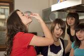 Skupina přátel, vaření a ochutnávky — Stock fotografie