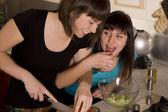 Amigos a cozinhar juntos — Foto Stock