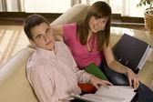 Пара работает в гостиной — Стоковое фото