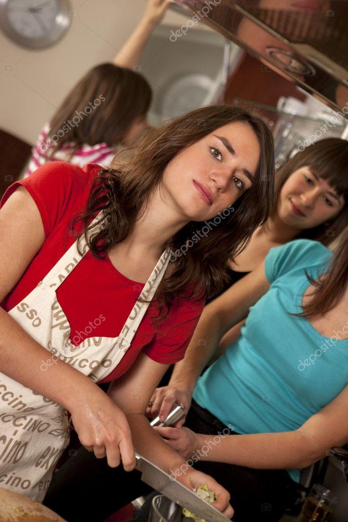 Amigos cocinando juntos foto de stock 8264951 for Cocinando para los amigos