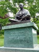 Standbeeld van mahatma gandhi, ariana park, genève, zwitserland — Stockfoto