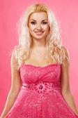 Vacker kvinna i rosa klänning — Stockfoto