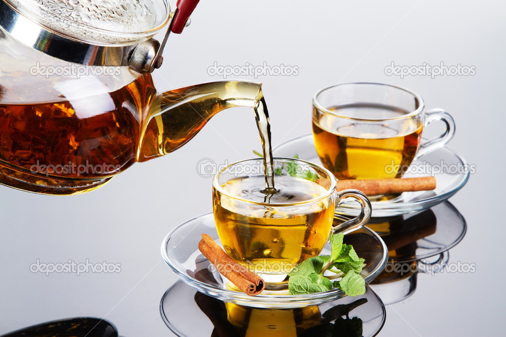 Tea cup with fresh mint leaves, closeup photo — Stock Photo #8634395