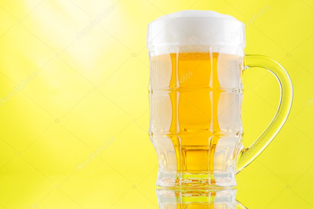Beer mug and bottle isolated on white background, studio photo — Stock Photo #9384037