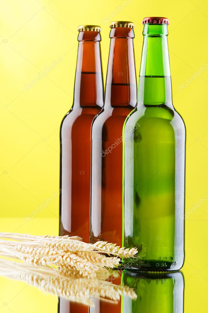 Beer mug and bottle on yellow background, studio photo — Stock Photo #9397037
