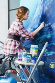 Pintor en el trabajo, pintar una casa interior — Foto de Stock