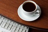 Bilgisayar masası üzerine kahve — Stok fotoğraf