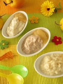 Small bowls with millet porridge, creamed rice and spelt mash for babies an — Stock Photo