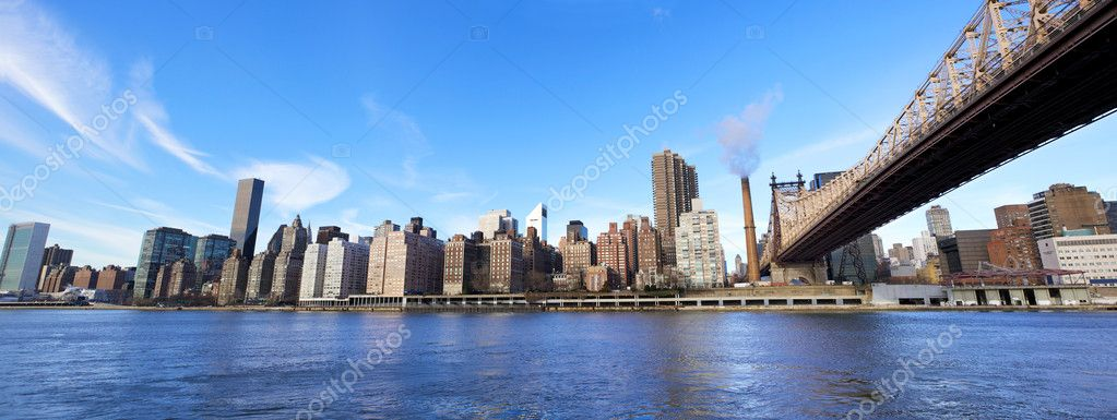 Queensboro Bridge in Midtown Manhattan with New York City skyline over East River — Stock Photo #8871283