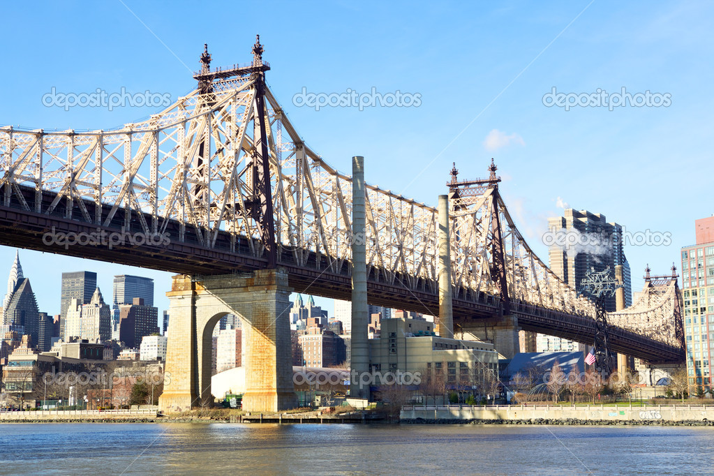 Queensboro Bridge in Midtown Manhattan with New York City skyline over East River — Stock Photo #8871295