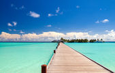 Footbridge over turquoise ocean on an maldivian island — 图库照片