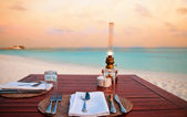 Candlelight-dinner am strand — Stockfoto