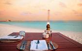 Sahilde mum ışığında akşam yemeği — Stok fotoğraf