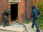 Military Style Airsoft Men Attacking Doorway — Stock Photo