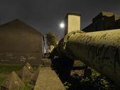 Parlementsleden gasleiding in de buurt van gras nachts — Stockfoto