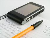 List z pióra biro długopis i telefon komórkowy — Zdjęcie stockowe