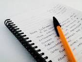 Ručně psát dopis na linkovaný papír — Stock fotografie