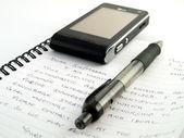 Handskrivet brev med penna och mobiltelefon — Stockfoto
