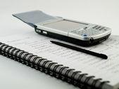 Smartphone s stylus na poznámkový blok — Stock fotografie