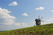 Paisaje rural con viejo molino de viento, ucrania — Foto de Stock