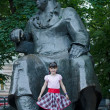 Little girl and the statue of russian poet Ivan Krylov, Moscow — Stock Photo