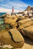 Büyük kayaların üzerinde kadın — Stok fotoğraf