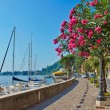 Alley by the lake with yachts, Garda lake, Italy — Stock Photo