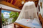 Sypialnia łóżko z baldachimem z widokiem na morze — Zdjęcie stockowe