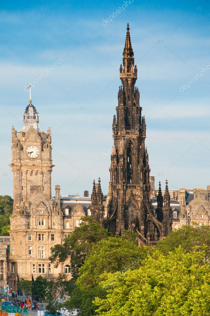 The Scott Monument and Balmoral (formerly North British) Hotel on Edinburgh's Princes Street — Lizenzfreies Foto #8334734