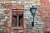 Eski harabe duvar ile antika fener, collbato, i̇spanya — Stok fotoğraf