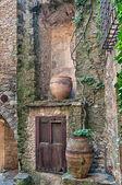Puerta de madera bodegones, peratallada, españa — Foto de Stock