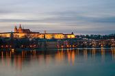 Prag kalesi ve vltava nehri alacakaranlıkta — Stok fotoğraf