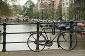 Fiets op een brug geparkeerd — Stockfoto