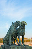 Two hunting dogs bronze statue — Stock Photo