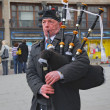 Scottish Bagpiper in plaid and kilt with the Bagpipe, Princess Street, Edin - Stockfoto