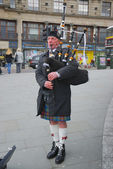 Scottish highlander wearing kilt and playing bagpipes, Edinburgh, Scotland — Stock Photo