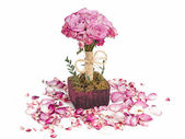 Roses bouquet and petals — Stock Photo