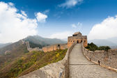 Wielki mur na tle błękitnego nieba — Zdjęcie stockowe