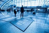 пассажиров в интерьере аэропорта — Стоковое фото