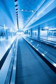 Travolator no hall do aeroporto — Foto Stock
