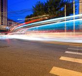 Licht wege auf der straße bei nacht — Stockfoto